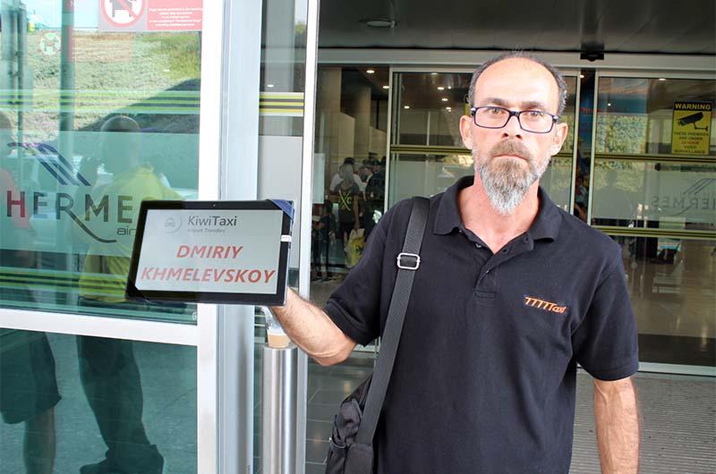 Водитель от Киви Такси встречает меня в аэропорту Ларнаки. Вместо таблички – планшет с моим именем.